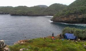 Mancing di laut dengan sistem Karangan. Foto : Rado