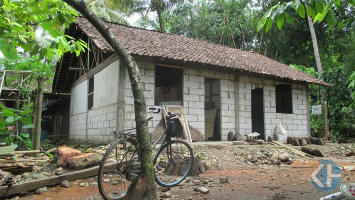 Bedah rumah Saminah. Foto : Atmaja.