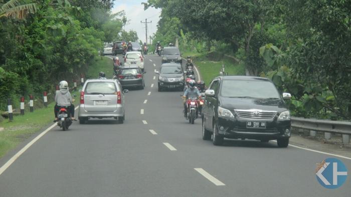 Suasana  jalan yang ditempuh Wisatawan di  Gunungkidul. Foto : Atmaja.