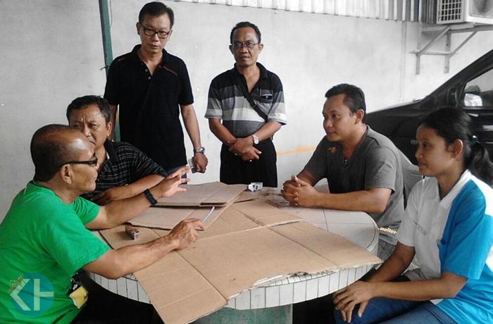 Kepala Disnakertran sedang berbincang dengan TKI asal Gedangsari di Malaysia. Foto : Atmaja.