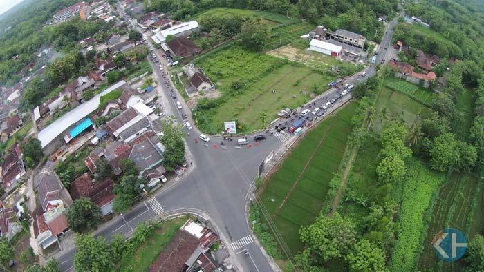 Perempatan Tegalsari Jl Baron Wonosari. Aerial Foto: Praditya.