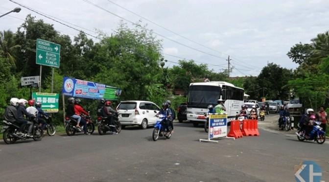 Arus kendaraan di pertigaan jalan Mulo. Foto : Sumaryanto.