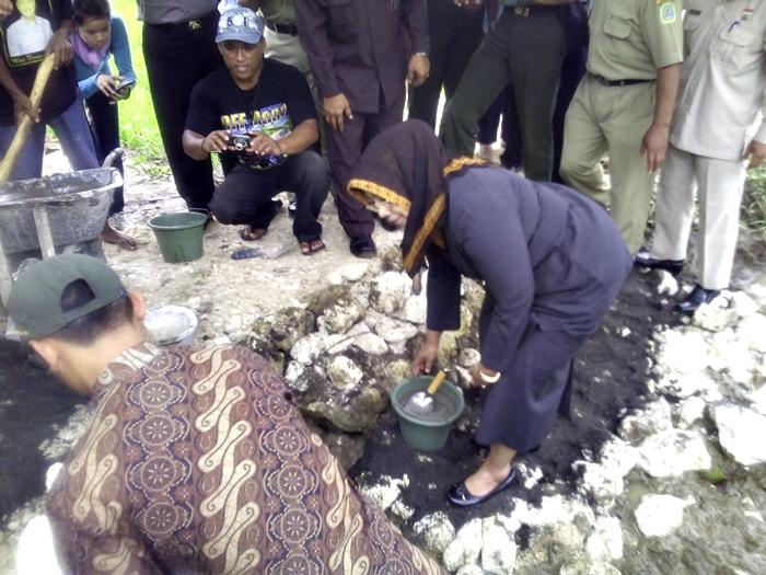 Bupati meletakkan batu pertama perbaikan irigasi di Simo II, Genjahan, Ponjong. Foto : Hari.