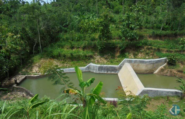 Bendung sungai di Padukuhan Widoro Desa Balong Girisubo. Foto: Hari.