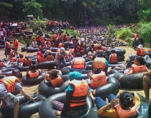 Jumlah pengunjung Goa Pindul yang melebihi batasan. Foto: Heri Susanto.