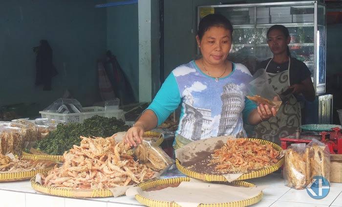 Pedagang makanan olahan hasil laut di Pantai Baron. Foto: Jjwidiasta.