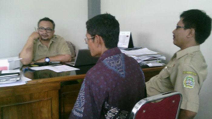 Kabid Pengembangan Produk Wisata memberikan penjelasan terkait penutupan snorkeling Nglambor. Foto: Jhodu.
