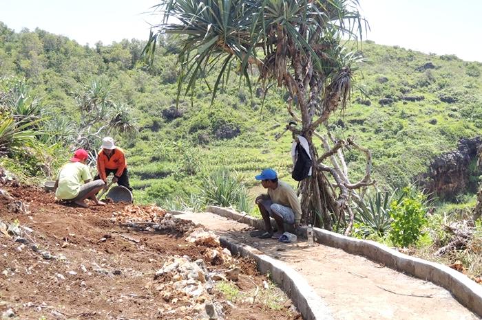 Pembangunan jalan cor rabat beton. Foto : Kandar