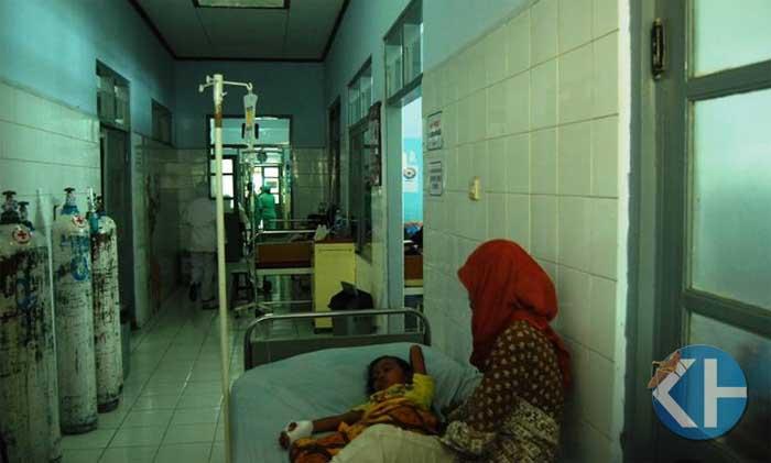 Pasien anak dirawat di lorong ruang. Foto : Juju