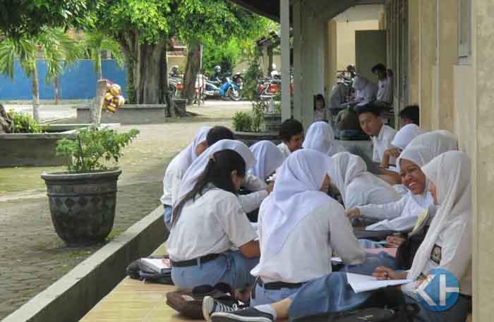 iswa SMA 2 Playen sedang belajar bersama saat menghadapi try out yang diadakan oleh SMA 2 Playen