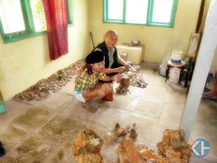 Pengusaha batu mulia Thailand sambangi kerajinan batu mulia Ponjong. Foto: Hari.