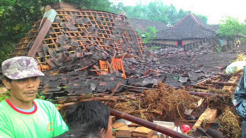 Kerusakan rumah akibat diterjang angin Senin 23-01-15. Foto