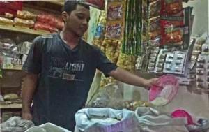 Pedagang beras di pasar. Foto : Juju