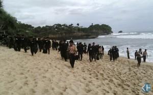 Siswa SMA 2 Playen Mengadakan aksi Bersih Pantai. Foto:Jhodi
