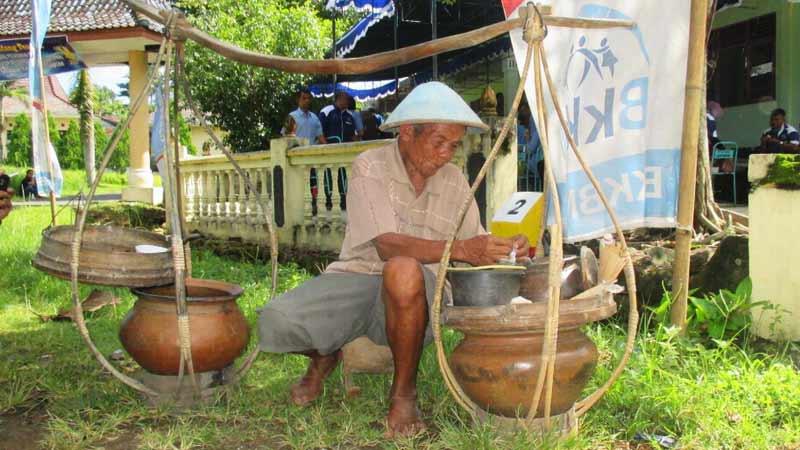 Mbah Tugiyo (86) penjual dawet keliling di Desa Hargosari Gedangsari. Foto: Atmaja.