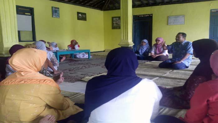 Diskusi Pola Asuh Anak di Desa Ponjong. Foto: Hari.