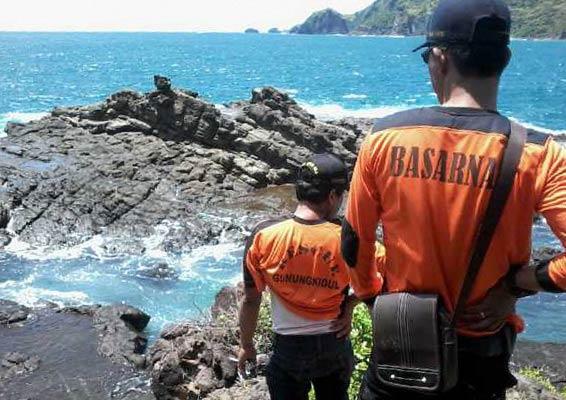 Tim SAR lakukan pengamatan situasi pantai selatan Gunungkidul. Foto: Juju.
