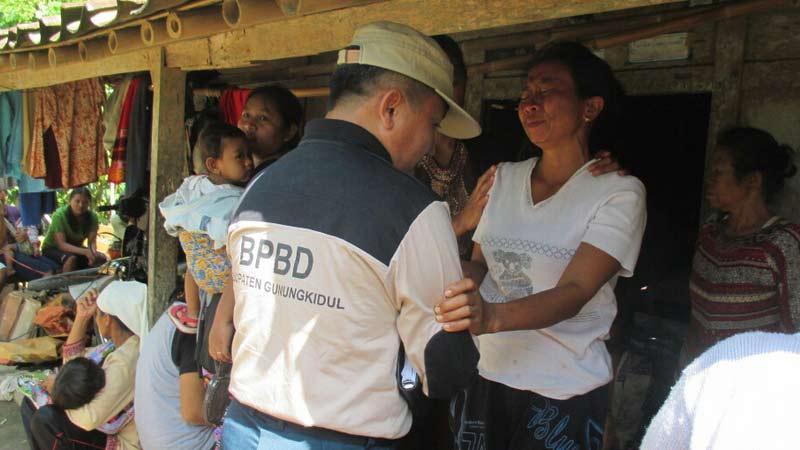 Keluarga Sutrisno menerima bantuan darurat bencana longsor. Foto: Atmaja.