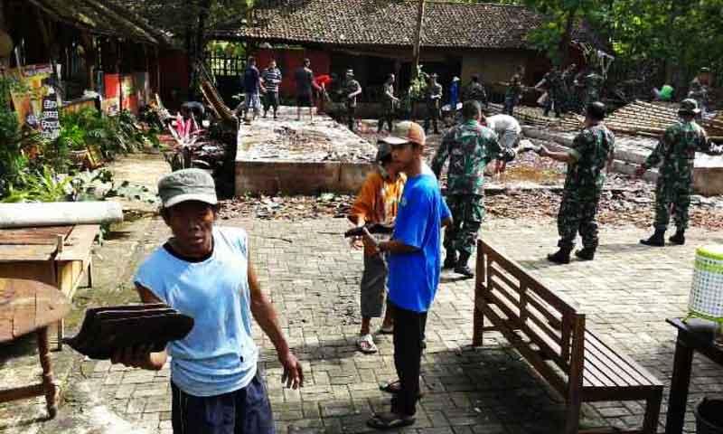 Warga Wukirsari Baleharjo dan anggota TNI kerja bakti evakuasi rumah roboh. Foto: Atmaja.