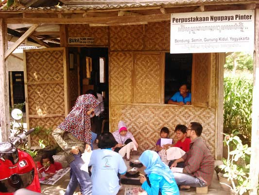 Pembelajaran membatik di Perpustakaan Desa Ngupaya Pinter Semin. Foto: Gemma.