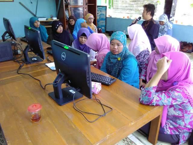 pelatihan komputer di perpustakaan Gardu Pintar. Foto : Gemma