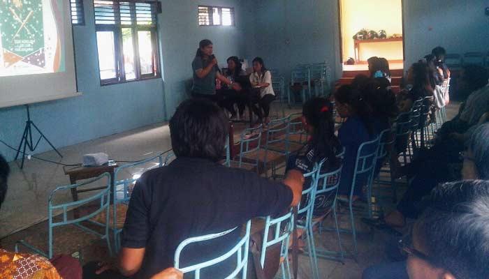 Pembinaan kesehatan reproduksi kepada pemuda remaja GKJ Paliyan. Foto: Atmaja.