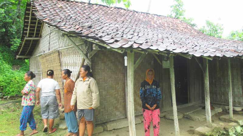 Mbah Sogi (berkerudung) bersama para tetangga yang berkunjung ke rumahnya. Foto: Atmaja