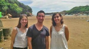 Wisatawan asal Perancis di pantai Baron. Foto : Atmaja