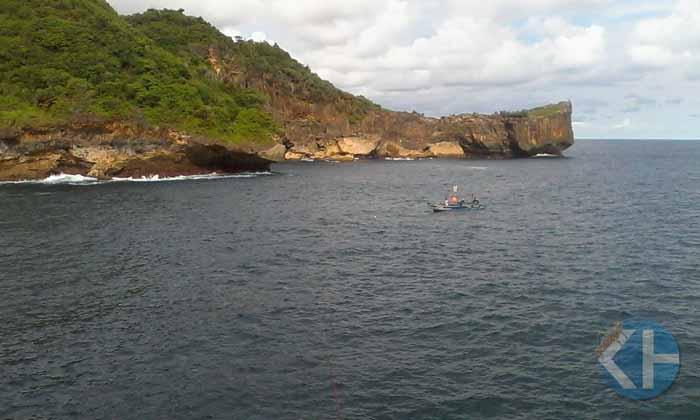 Nelayang pancing sedang menangkap ikan. Foto : Rado