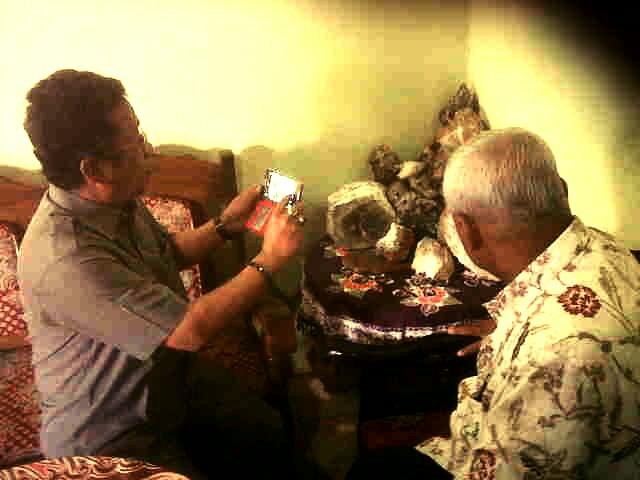 Sekda Gunungkidul sedang mengamati batu akik produksi Sawahan Ponjong. Foto: Hari.