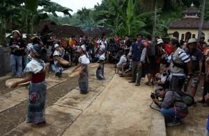 Peserta JSC#2 sedang mengabadikan tarian di padukuhan Ngampiran