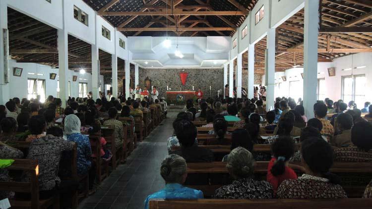 Umat Gereja Katolik Pulutan merayakan Minggu Palma. Foto: Kandar.
