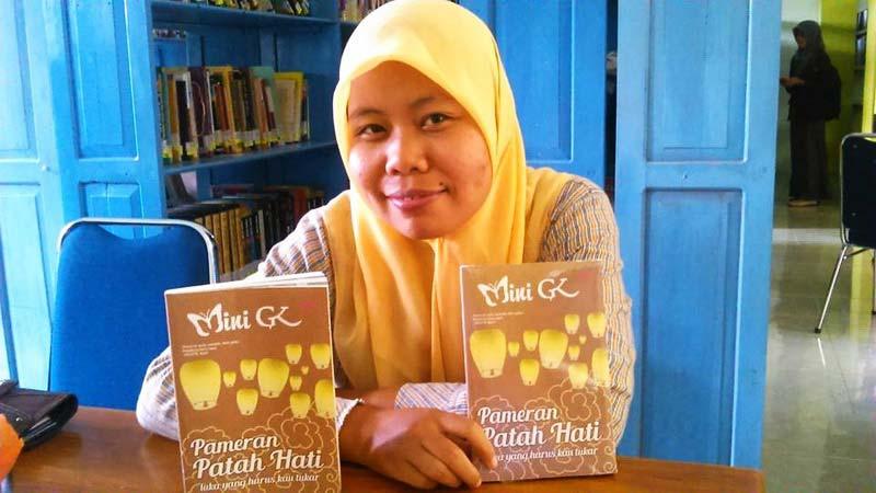 Mini GK dan karyanya Pameran Patah Hati. Foto: Tuti Hendro.