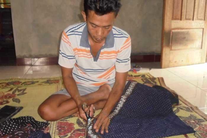 Ratno, pengrajin blangkon dari Dusun Bulu Bejiharjo. Foto: Sugeng.