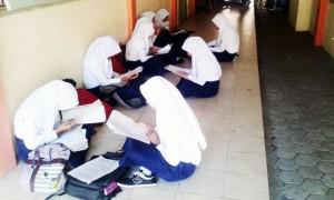 Siswa Belajar di luar ruang kelas sebelum Ujian. Foto : Hari