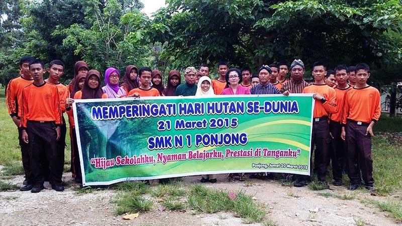 Gerakan penanaman pohon di SMKN 1 Ponjong. Foto; Hari.