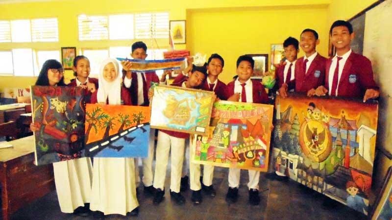 Siswa SMPN 1 Karangmojo dan karya ekskulnya. Foto: Hari.
