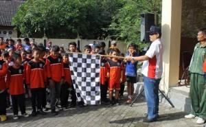 Camat Purwosari Mengibarkan bendera start. Foto : Kandar