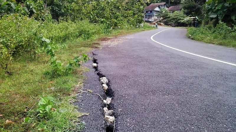 Retakan JJLS di ruas Purwosari. Foto: Kandar.