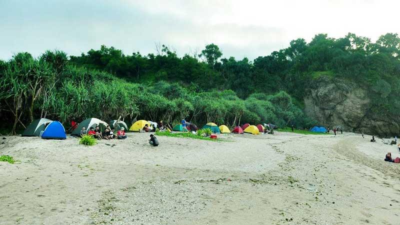 Wisata kemping di Pantai Jungwok Girisubo. Foto: Rado.