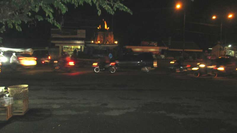 Lalu lintas Bunderan Siyono Sabtu malam (21/3/2015) ramai lancar. Foto: Atmaja.