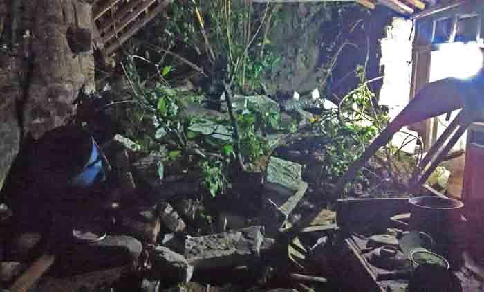 Dapur yang rusak terkena longsor. Foto : Hari