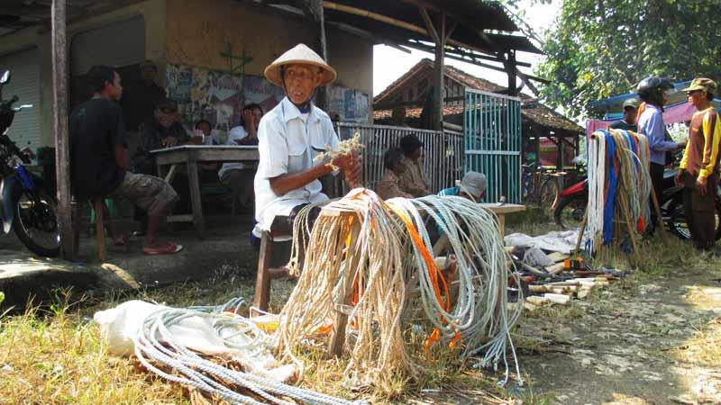 Mbah Wiro Sentono dan tali dhadhung dagangannya. Foto: Atmaja.