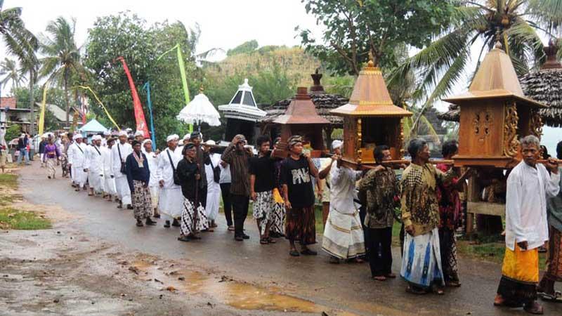 Arak-arakan upacara Melasti di Pura Ngobaran. Foto: Kandar.