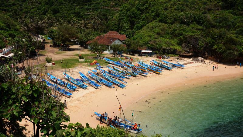Permukiman nelayan Pantai Gesing dilengkapi dengan penerangan listrik tenaga surya. Dok: KH.
