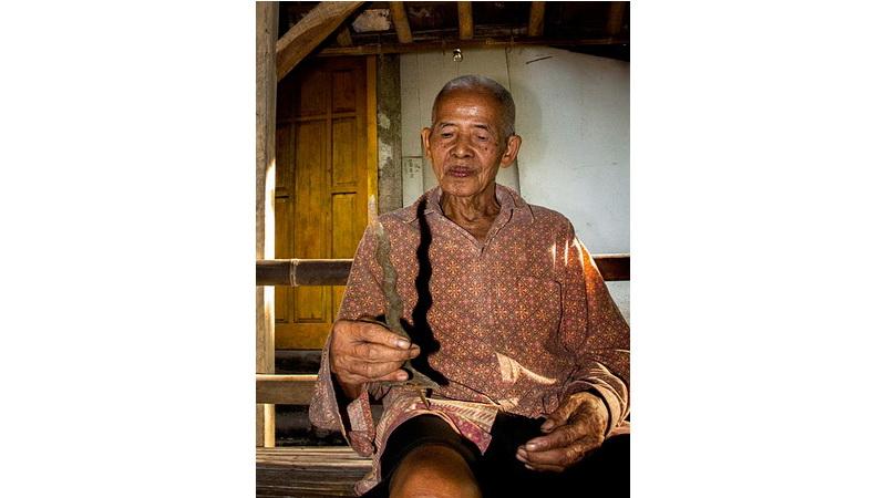 Ki Ngadedi dan salah satu keris buatannya. Foto: Stsujoko.