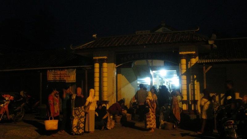 Pasar Desa Sodo, ramai di waktu subuh. Foto: Atmaja.