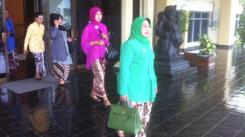 Jajajan Pemkab Gunungkidul memakai pakaian tradisional Jawa Yogyakarta. Foto: Juju.