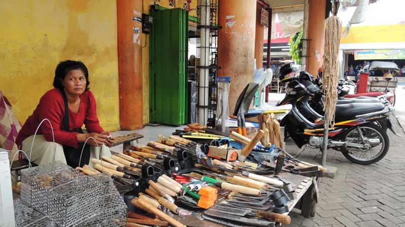 Kamisih dan dagangan alat-alat pertaniannya di lapak Pasar Argosari. Foto: Kandar.