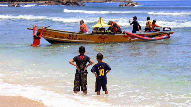Perahu jukung andalan Tim SAR Wediombo. Foto: Rado.